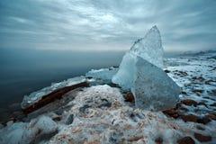 Śnieżni i Zamarznięci Lodowi prześcieradła Wypiętrzali Na ląd Windsor Detroit nadbrzeże rzeki Zdjęcie Stock