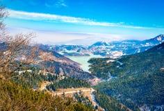 Śnieżni krajobrazy Jeziorny Plastira na zimie Grecja zdjęcie stock