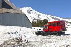 Śnieżni pługi przy Timberline stróżówką Oregon. Obraz Stock