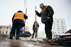 Śnieżni poremanentowi pracownicy Rosja, miasto Ufa, Febrary 21 2016 - Obraz Stock