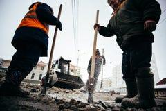 Śnieżni poremanentowi pracownicy Rosja, miasto Ufa, Febrary 21 2016 - Zdjęcie Royalty Free