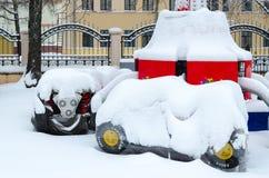 Śnieżni przyciąganie samochody w zima parku podczas opadu śniegu, Gomel, bel fotografia stock