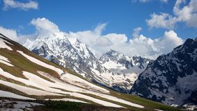 Śnieżni szczyty Dombai góry w opóźnionej wiośnie Zdjęcia Royalty Free