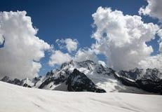 Śnieżni szczyty Dombai góry w opóźnionej wiośnie Obraz Stock