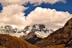 Śnieżni szczyty w chmurach Zdjęcia Stock
