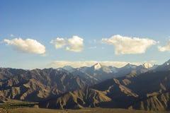Śnieżni szczyty w pustynnych górach fotografia royalty free