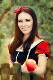 Śnieżny biel Trzyma Czerwonego Jabłczanego bajka portret Fotografia Royalty Free