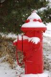 Śnieżny czerwony hydrant Zdjęcia Stock
