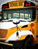 Śnieżny dnia autobus szkolny obrazy stock