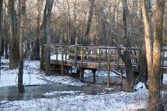 Śnieżny drewniany przejście most zdjęcie stock