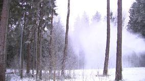 Śnieżny działo nalewa śnieg na narciarskim skłonie