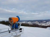 Śnieżny działo w ośrodku narciarskim europejczycy Polska Miejsce blisko Glogov miasteczka Podkarpatian region Styczeń 2018 zdjęcia stock