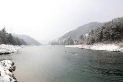 Śnieżny dzień someone pływa w jeziorze w górach Zdjęcie Royalty Free