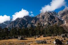 Śnieżny góry i chmury Krajobrazowy widok przy Lachung, jasna pogoda Obrazy Stock