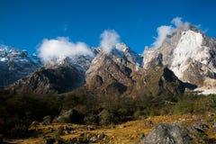 Śnieżny góry i chmury Krajobrazowy widok przy Lachung, jasna pogoda Fotografia Royalty Free