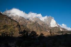 Śnieżny góry i chmury Krajobrazowy widok przy Lachung, jasna pogoda Zdjęcia Stock