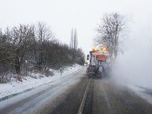 Śnieżny gritter kropi sól na drodze Obraz Stock