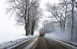 Śnieżny gritter kropi sól na drodze Zdjęcie Stock
