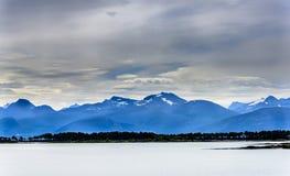 Śnieżny halny skandynawa krajobrazu seascape Fotografia Royalty Free