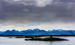 Śnieżny halny skandynawa krajobrazu seascape Zdjęcia Stock