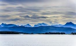Śnieżny halny skandynawa krajobrazu seascape Zdjęcia Royalty Free