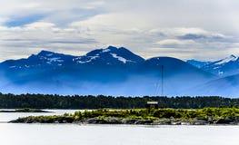 Śnieżny halny skandynawa krajobrazu seascape Fotografia Stock