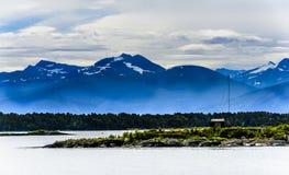 Śnieżny halny skandynawa krajobrazu seascape Obraz Royalty Free