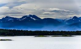 Śnieżny halny skandynawa krajobrazu seascape Obrazy Royalty Free