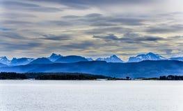Śnieżny halny skandynawa krajobrazu seascape Zdjęcie Stock