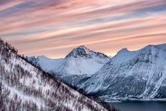 Śnieżny halny szczyt z kolorowym smugi niebem zdjęcie stock