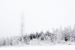 Śnieżny i lodowaty wierza na wzgórzu po środku lasów Fotografia Royalty Free
