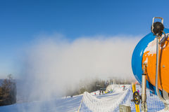 Śnieżny kanon podczas produkci śnieg Zdjęcia Royalty Free
