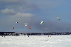 Śnieżny kiter na lodzie zamarznięty jezioro zdjęcie royalty free