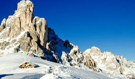 Śnieżny krajobraz dolomit góry podczas zimy Zdjęcia Stock