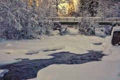 Śnieżny krajobraz i oszroniejąca rzeka zdjęcia stock