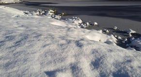 Śnieżny krajobraz miasto park z jeziorem Zdjęcia Royalty Free
