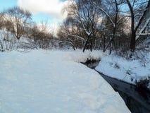 Śnieżny krajobraz nonfreezing Ramenka rzeka w zima wieczór moscow Rosja Obrazy Stock