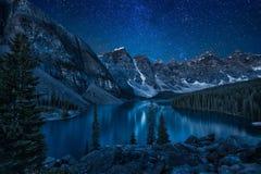 Śnieżny krajobraz w górach przy nocą Obraz Stock