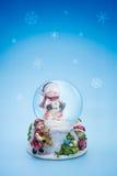 Śnieżny kul ziemskich bożych narodzeń wakacje tło Obrazy Royalty Free