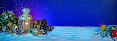 Śnieżny lampion z jodeł Baubles na Bożenarodzeniowym sztandarze I gałąź obrazy stock