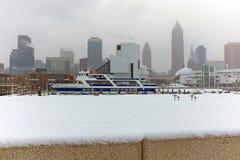 Śnieżny lata przez Cleveland Ohio linia horyzontu podczas Styczeń burzy fotografia royalty free