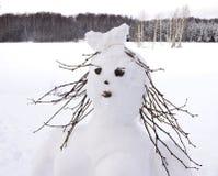 Śnieżny mężczyzna, czarodziejska zimy kobieta robić śnieżne piłki Zdjęcia Royalty Free
