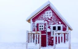 Śnieżny mały dom Zdjęcia Royalty Free