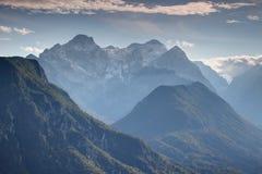 Śnieżny nasłoneczniony Triglav szczyt i głębokich dolin Juliańscy Alps Slovenia Obrazy Stock