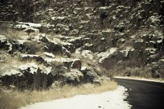 Śnieżny okurzanie na skałach zdjęcia stock