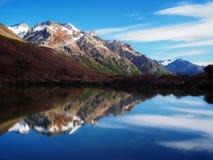 Śnieżny pasmo górskie odbija w Argentyńskim jeziorze zdjęcia stock