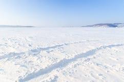 Śnieżny pole z samochodowych kół śladami Obrazy Royalty Free