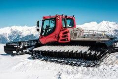 Śnieżny przygotowywać maszynowy Ratrak dragobrat krajobrazowa halna Ukraine zima Obraz Stock
