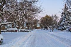 Śnieżny ranek NA PRZYPADKOWEJ ulicie obrazy royalty free