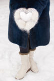 Śnieżny serce w rękach Zdjęcia Stock